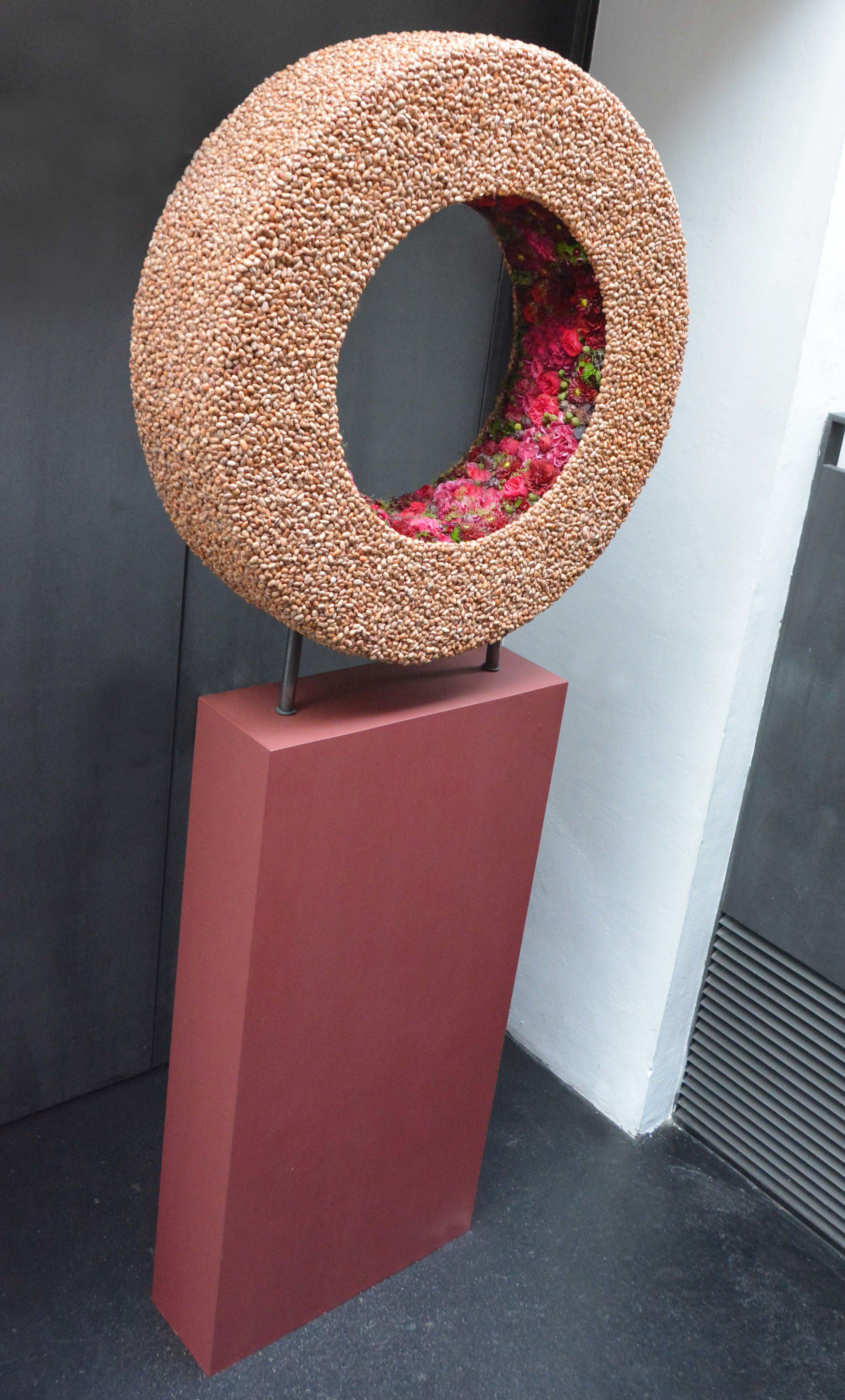 Katrin Wipper gestaltete einen trommelförmigen Kranzkörper mit Verweis auf ein subtil ausgearbeitetes Innenleben.