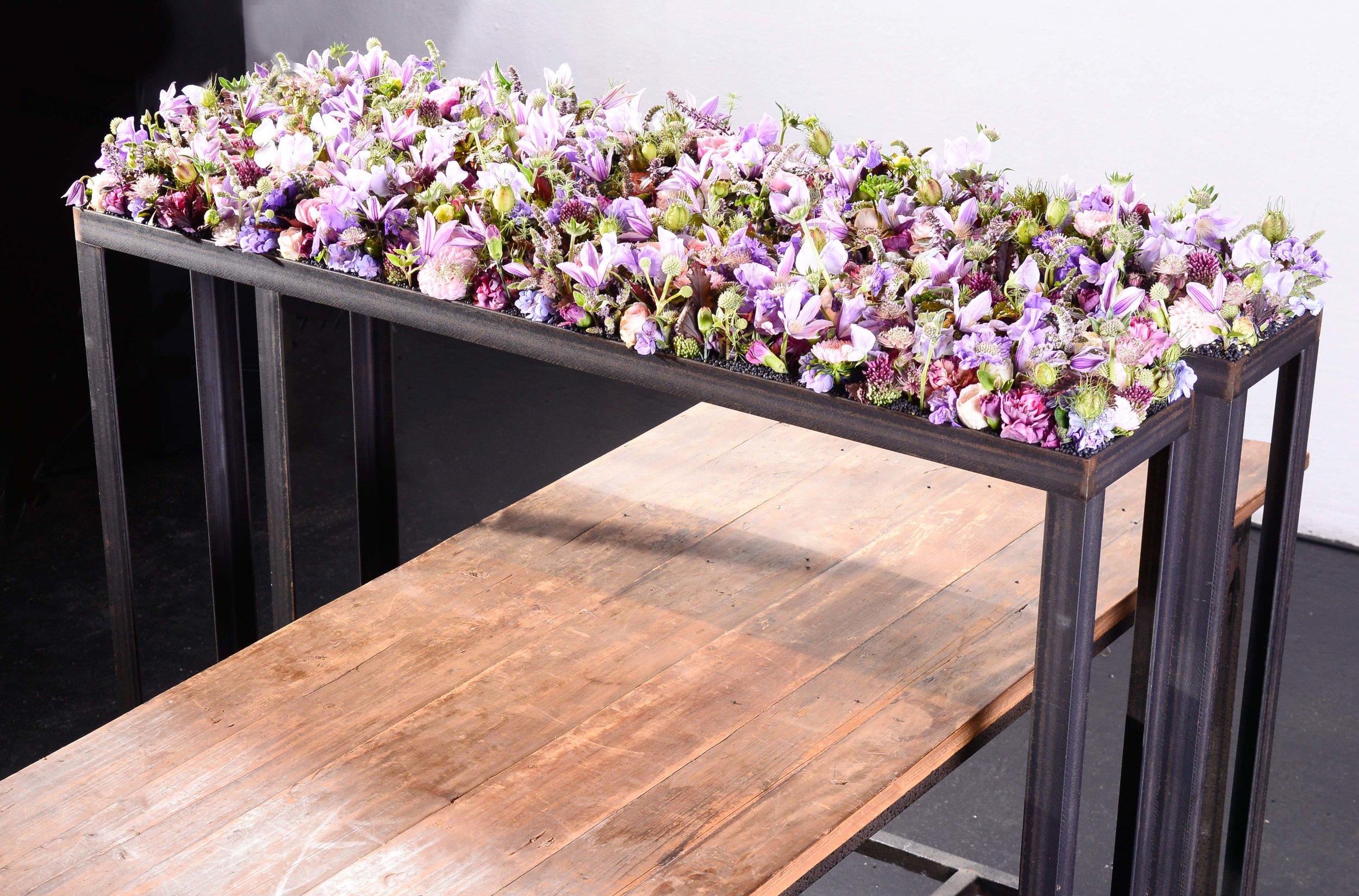 Winkelversetzt schuf Fabienne Bänziger aus Basel ein Tischensemble, auf welchem die Blüten eine eigene Ebene erhielten.