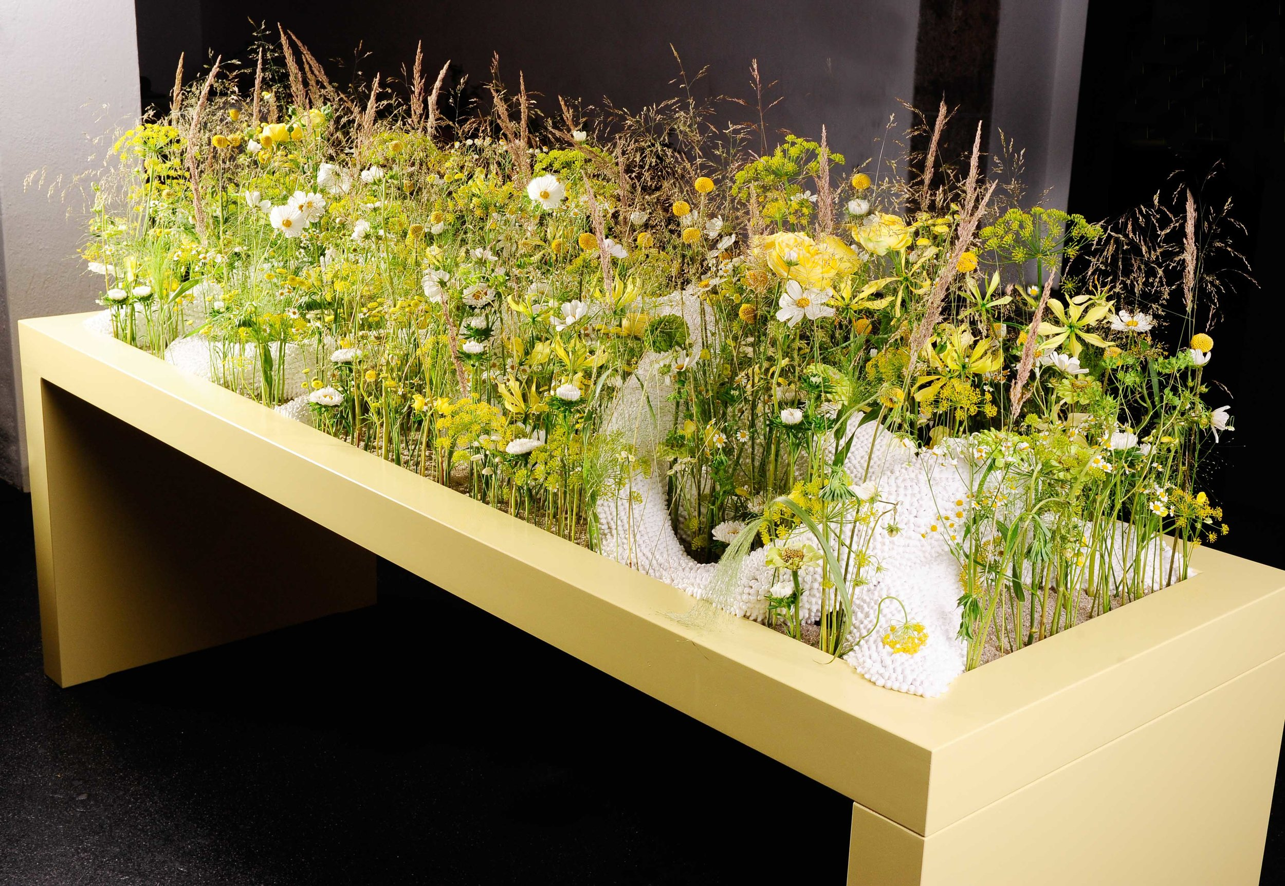 Stefan Egerbacher formte aus 130'000 Ohrwattestäbchen einzigartige Formkörper und liess diese mit den Floralien verschmelzen.