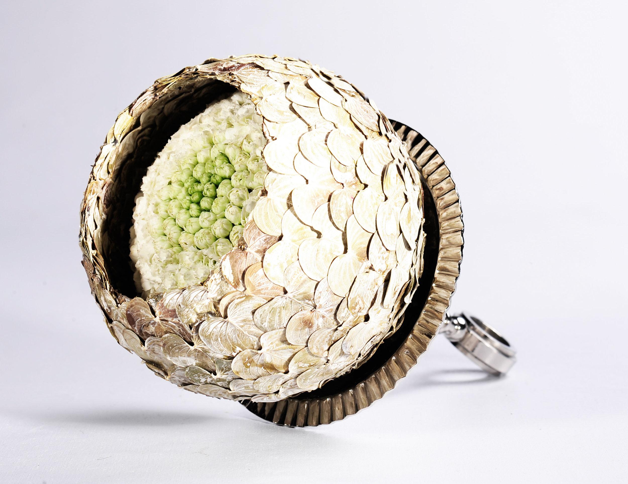 Die Bernerin Anina Bigler, kreierte einen schützenden Mantel um eine zarte florale Kugelformation.