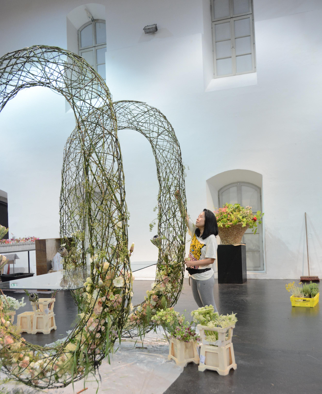 Die Chinesin Lili Jing liess die gläserne Tischplatte zwischen zwei imposanten Hohlkörperformen schweben.