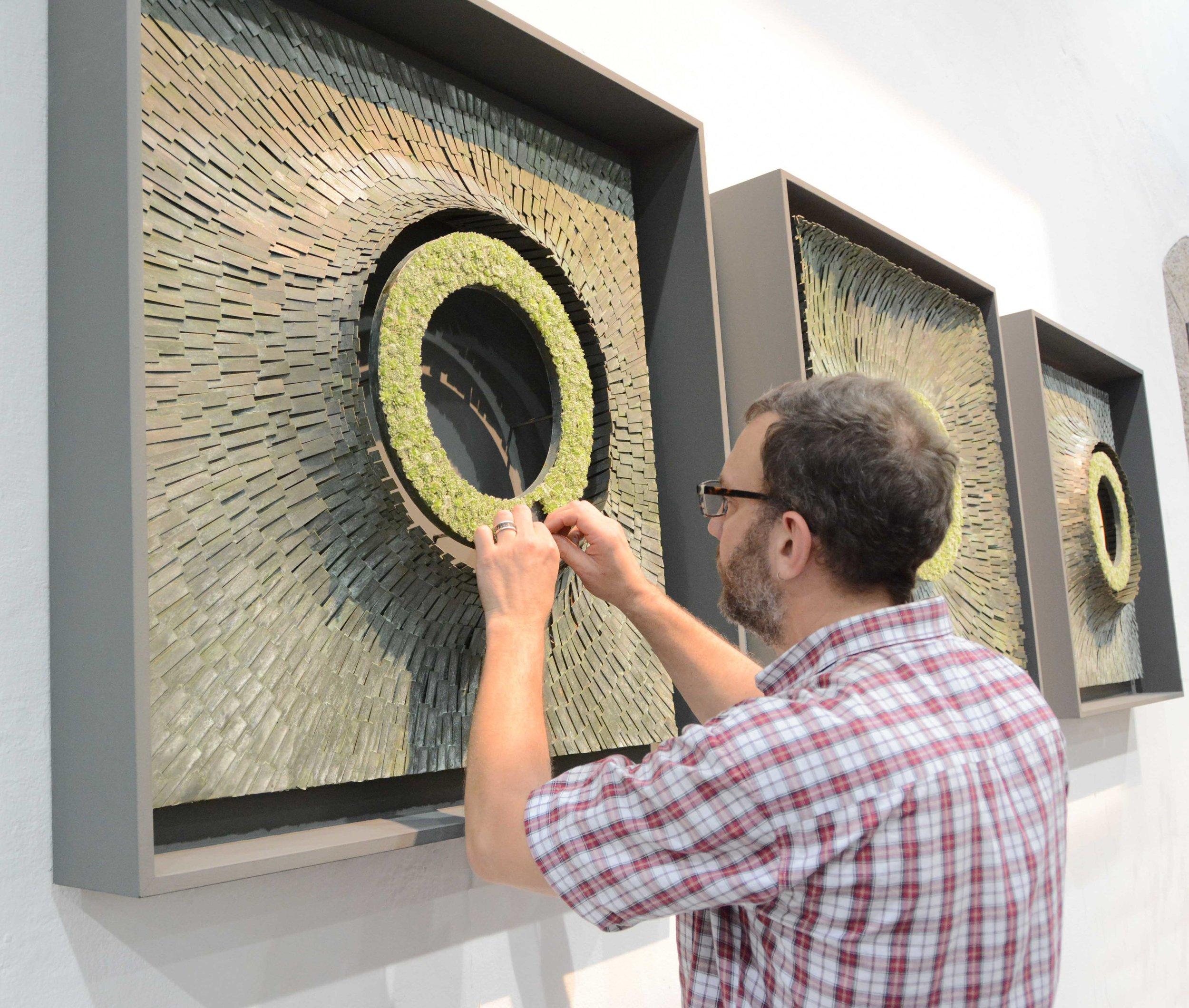 Um das Werden und Vergehen sichtbar zu machen, schuf Shayne Phillips aus Urdorf/CH eine dreiteilige Meisterarbeit aus identisch grossen Kreisausschnitten.