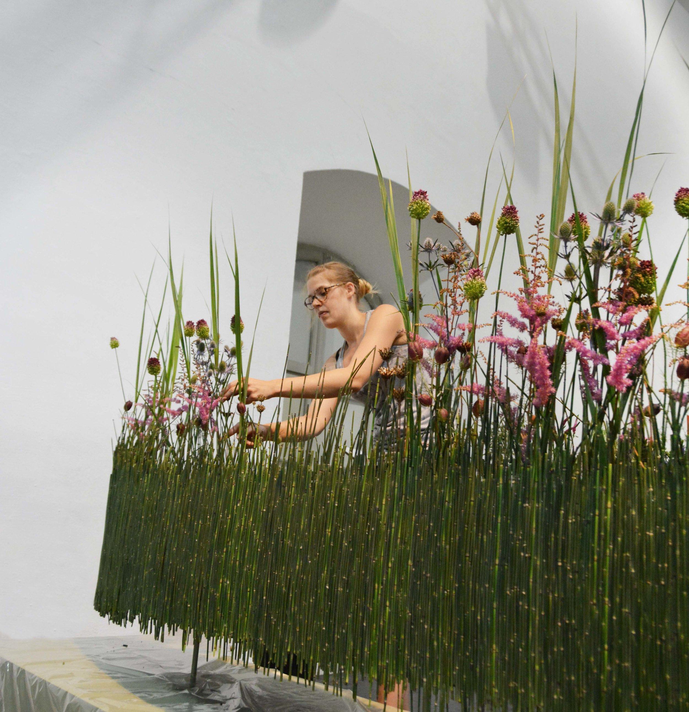 Donja Hinder aus Frauenfeld/CH liess ihre längliche Schalenform nicht nur schweben, sondern spielte mit der zweiten und der dritten Dimension: Abbild und Bild. In der Bildergalerie ist auch das fertige Werk zu bewundern.