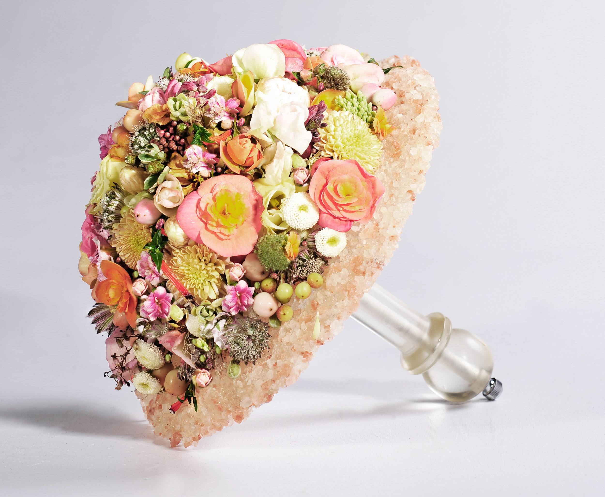 Anika Kuhlmann aus Deutschland gestaltete für ihren zauberhaften Brautstrauss eine Abschluss aus Salzkristallen, der Haltegriff war folgerichtig eine umgeformte Salzmühle.