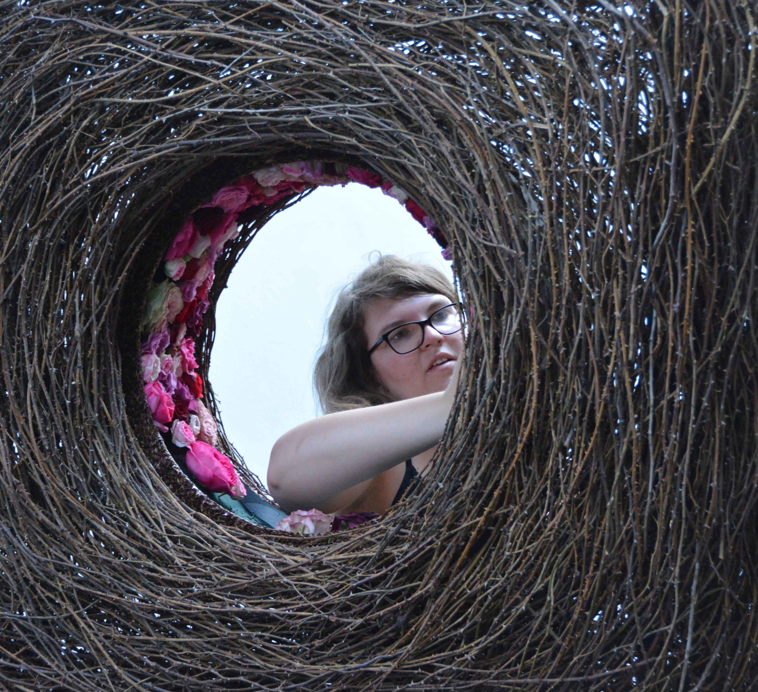 Alice Diglas gestaltet das Innenleben ihrer Kranzform