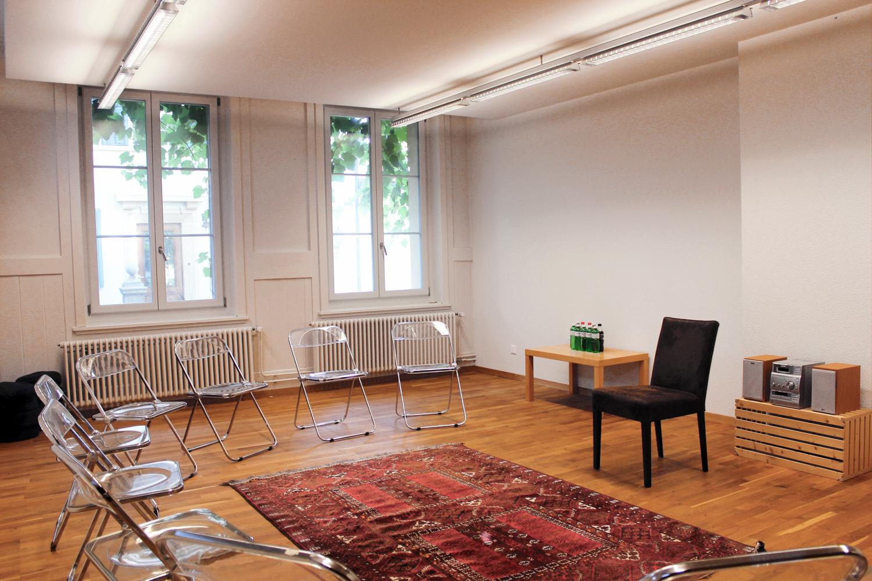 Der Raum bietet eine Schlichtheit und friedliche Atmosphäre.