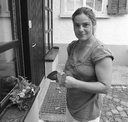 Nadya Grau, Garden   Née à Gammen, un petit village fermier en bordure du Seeland, Nadya est attirée par la nature depuis sa tendre enfance et a décidé très jeune d'entreprendre une formation de jardinière au Jardin Botanique de Fribourg. Elle a ensuite travaillé comme jardinière indépendante pour une clientèle en constante croissance. Elle propose temporairement ses services au Landguet Ried où elle a la possibilité de jumeler son amour de la nature avec sa passion pour la spiritualité et sa croissance personnelle.