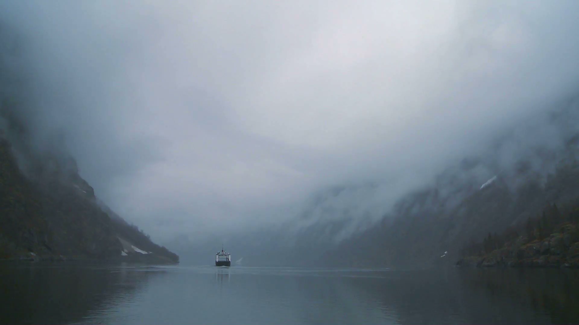 a-ferry-boat-sails-through-mysterious-fog-on-a-fjord-in-norway_bmgzd1-1h__F0000.png