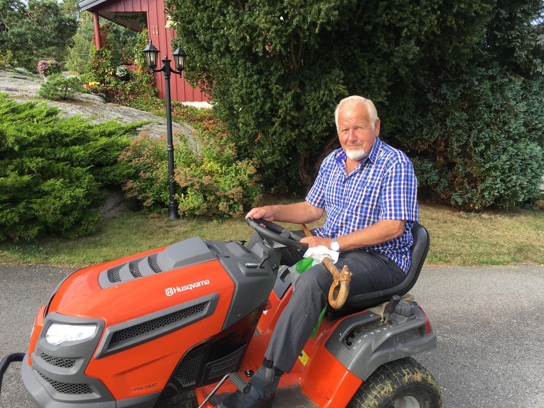 Når bena skranter har Arnt Johansen har god nytte av denne farkosten som enkelt tar han med på stiene på Papper.
