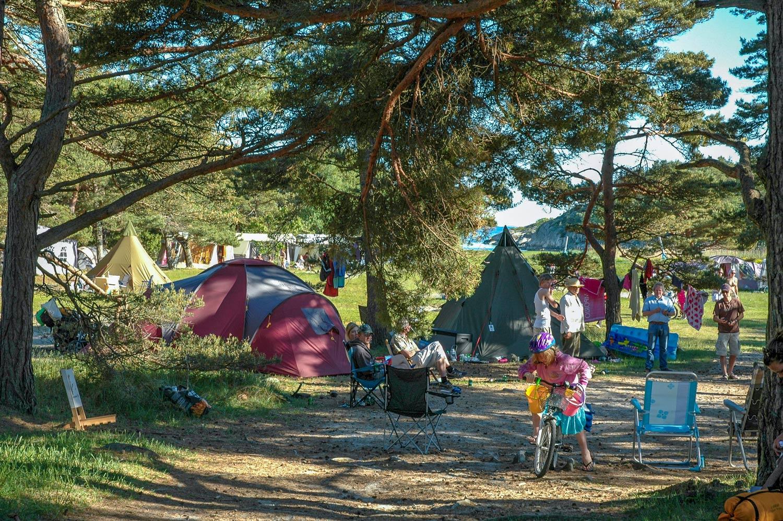 Hundrevis bor på Storesands trandisjonsrike teltplass hvert år. Her er det ingen biler eller campingvogner, kun det gode teltliv. Foto: Oslofjordens friluftsråd