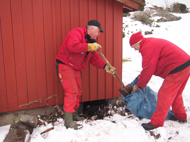 Drittjobb: Tømming av utedass på Akerøya. Foto: Ingrid Østang