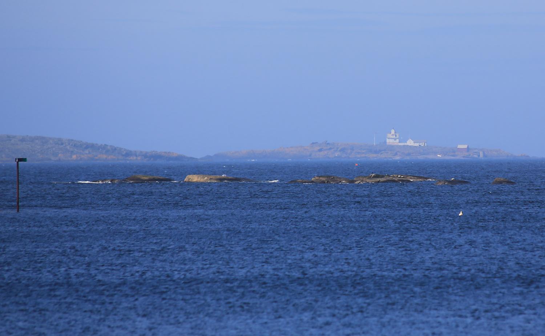 Struten fyr langt der ute. Allikevel er Papperhavn en av få steder på Hvaler man har god sikt ut til dette fyret. Ofte blir fyret gjemt bak Søsterøyene når man ser i retning fyret fra andre steder på Hvaler. Struten fyr er avbemannet og har de siste årene fungert som overnattingsfyr. Vi anbefaler på det varmeste å bo et par døgn på fyret. Se mer info og booking på  Oslofjorden friluftsråds nettsider ->