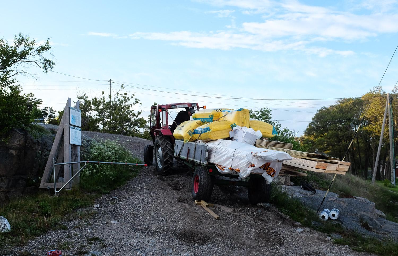 Det er juni, og det begynner virkelig å haste med å få levert byggelasten til hytta.