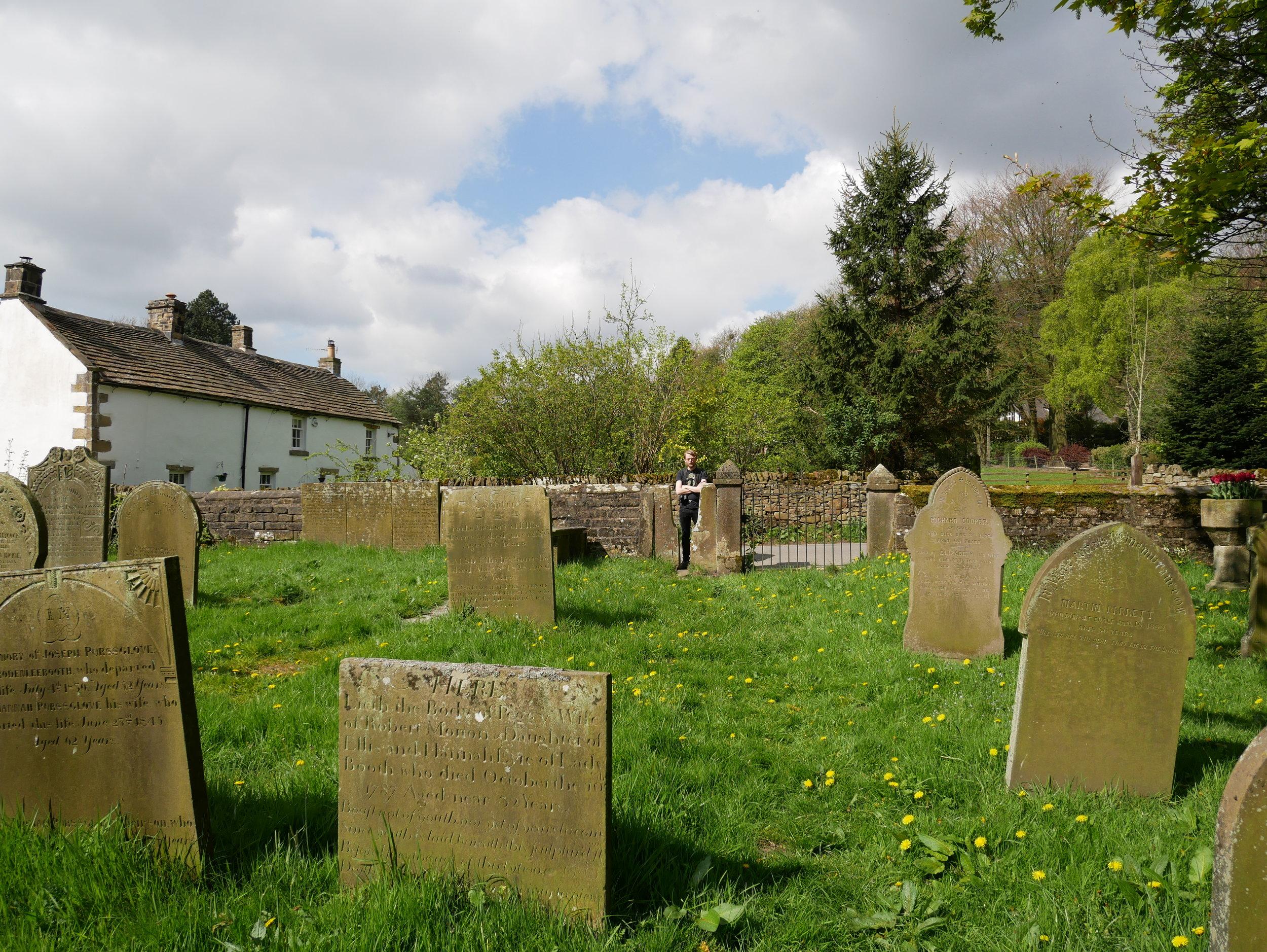 Fast allra först gick vi (jag) förstås in på den lilla gravplatsen. Kan inte låta bli.