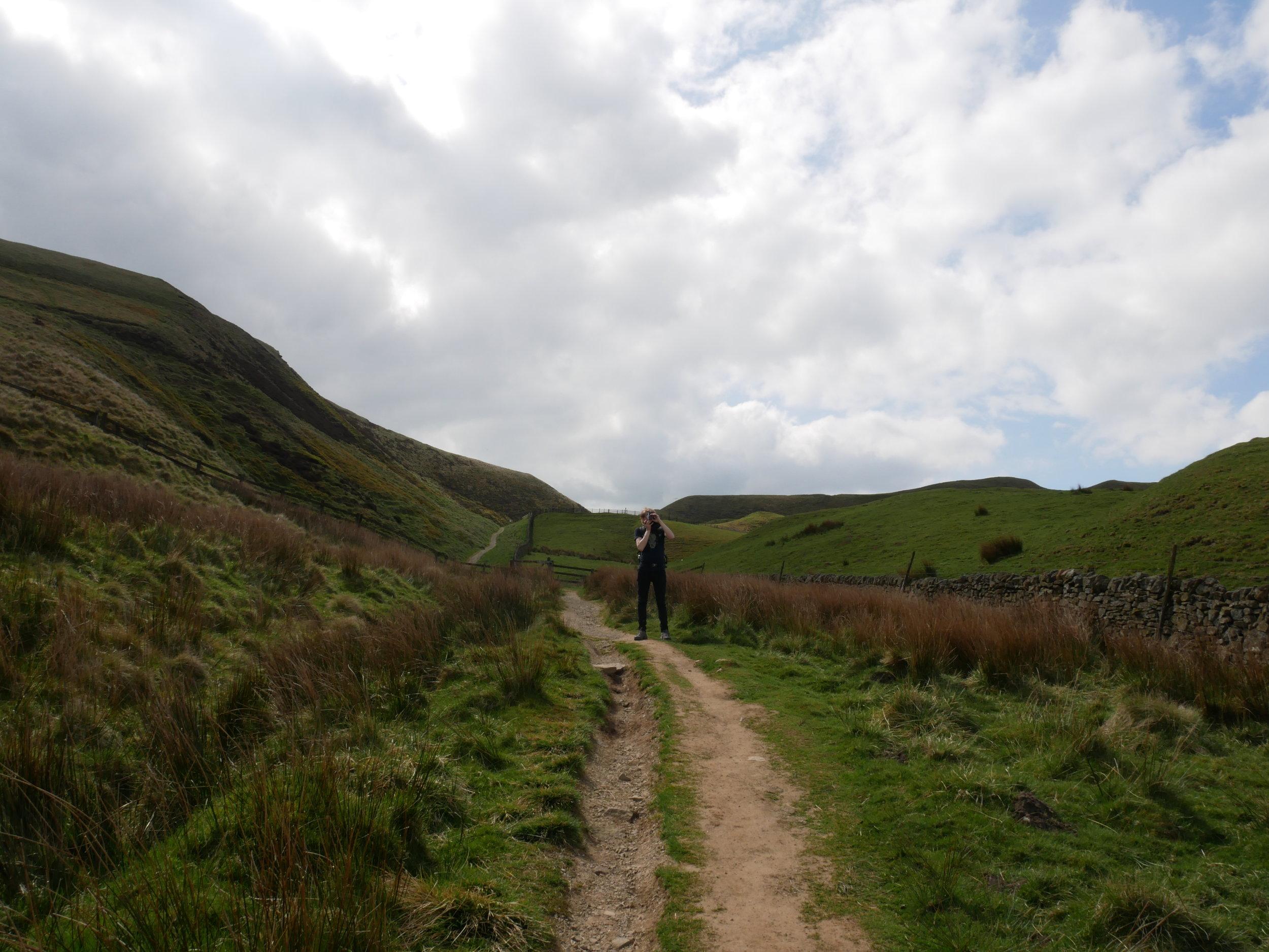 Här står han långt bort på en stig.