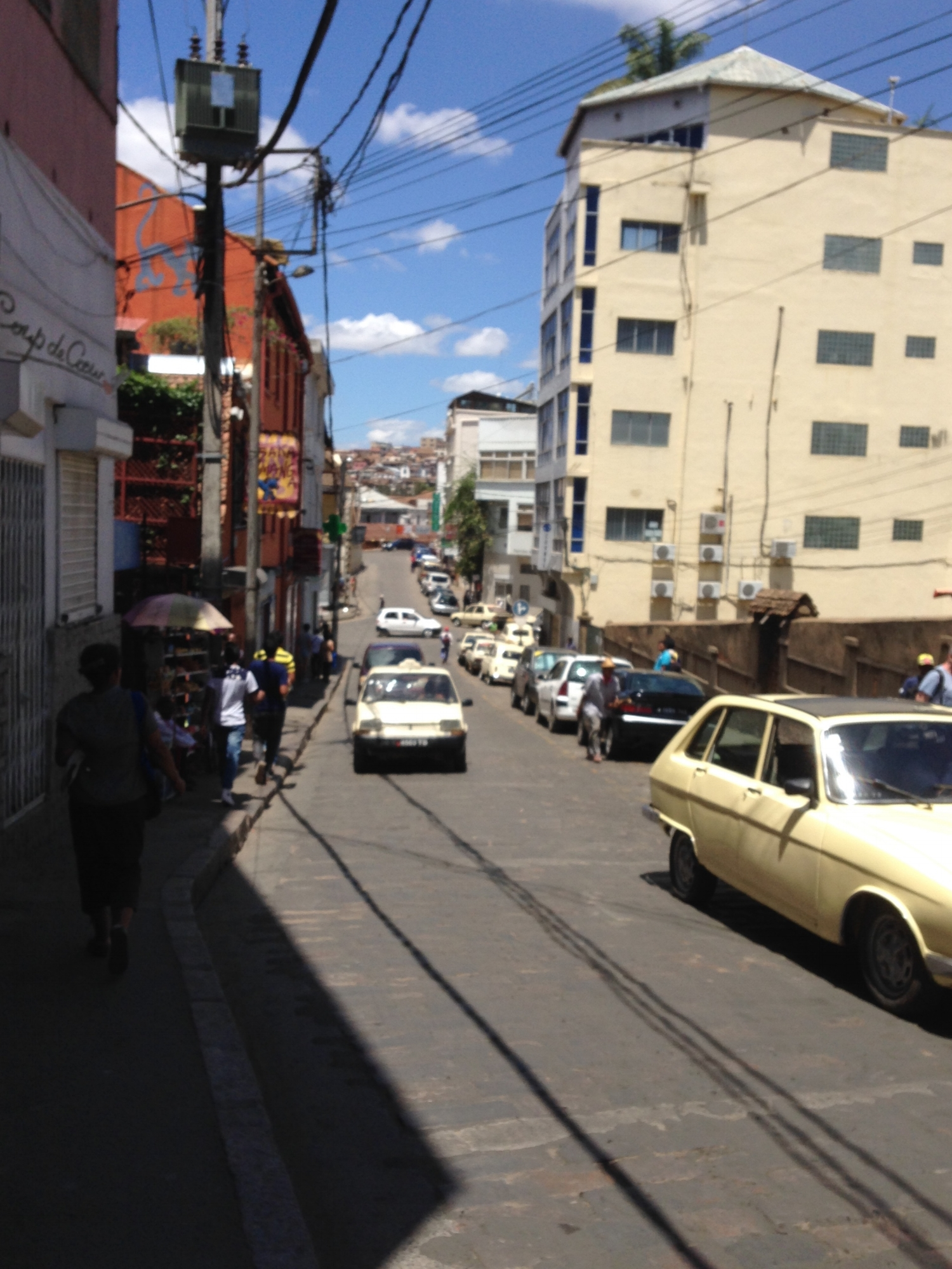 Street scene in Ampasamadinika, as downtown climbs off the Avenue