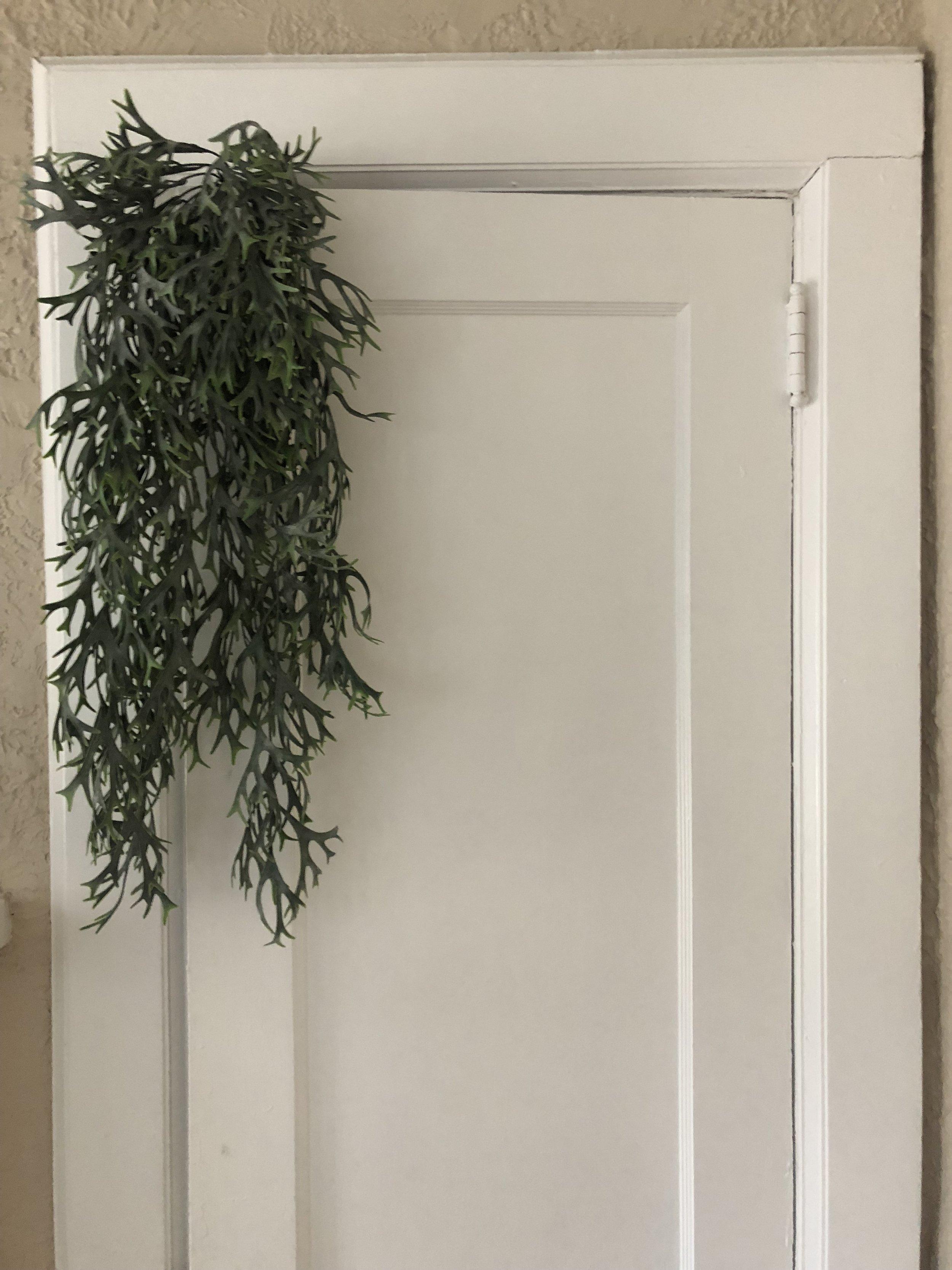 Faux hanging greenery - (Quantity: 5)