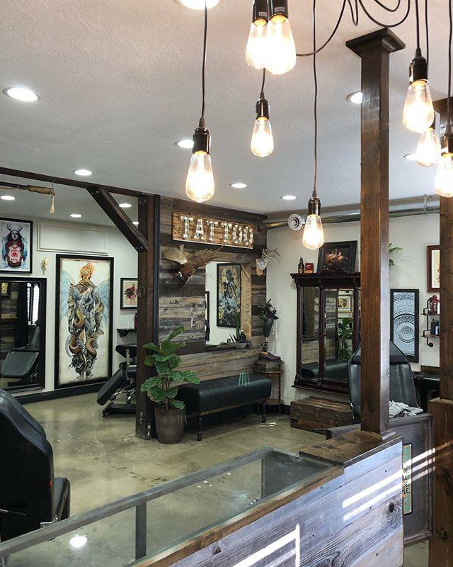 Interior photo of the shop, Proud to work in Dana Point🌴🤙🏽@seasick_nick @bradleykinneytattooer @tishtattoo @jakecortez_tattoos @joshwoods @jhobsontattoo @tatsoul #danapointtattoo #danapoint #danapointtattoostudio #pch #danapointtattoos