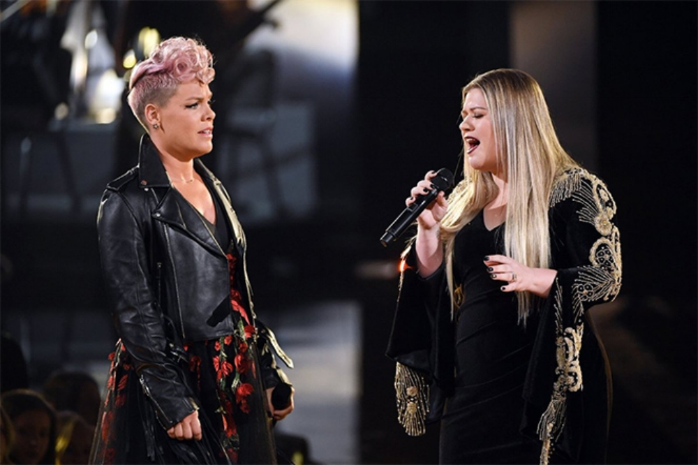 PInk and Kelly Clarkson perform at the 2017 AMAs