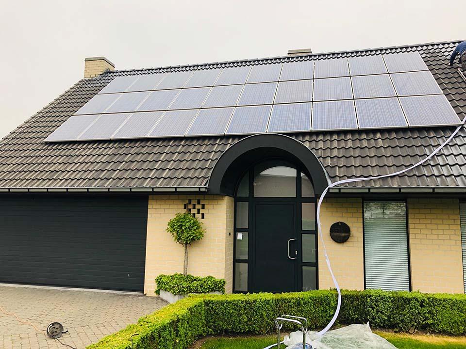 Ontmossen en reinigen dak met zonnepanelen.jpg
