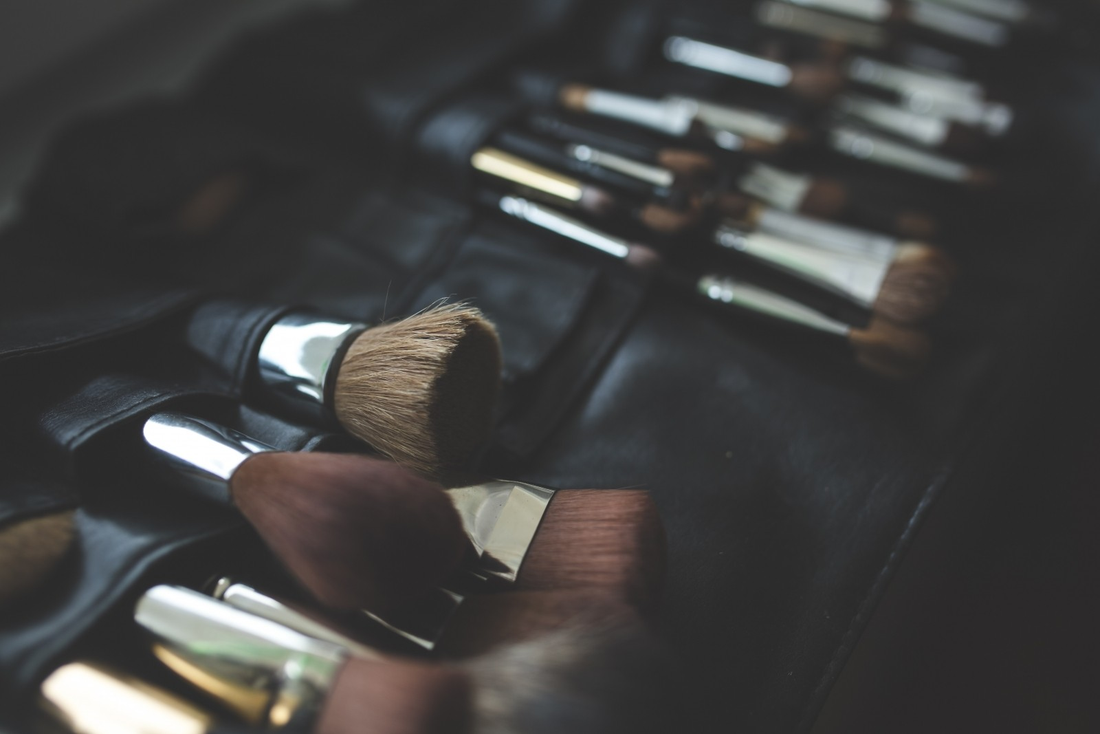 1-a-bunch-of-make-up-brushes.jpg