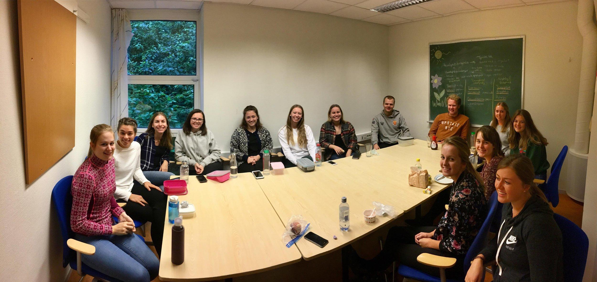 Studentene ved VID Haraldsplass samles i lunsjen til bønnemøte