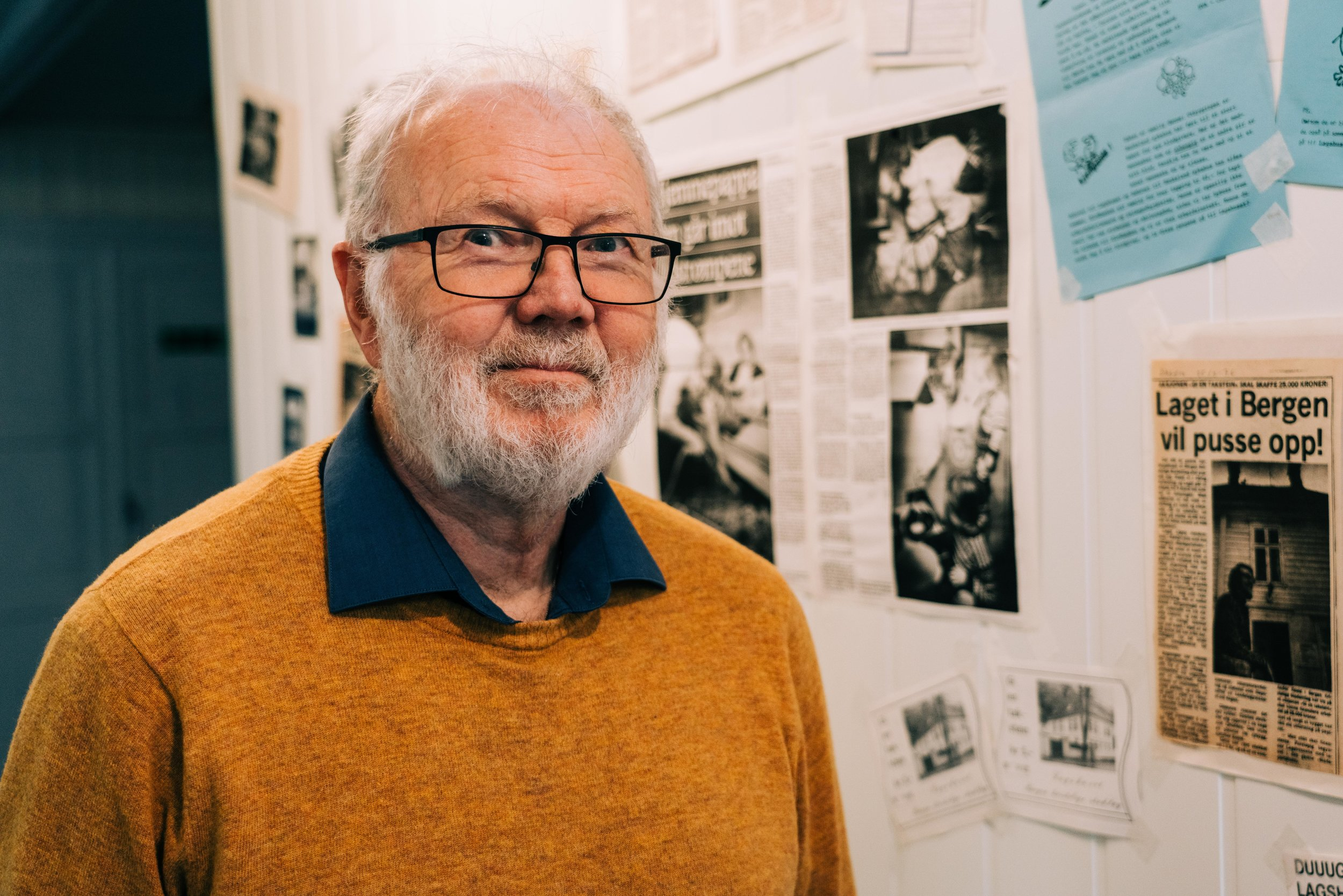 Andor Roald (68) foran minneveggen som var laget i anledning festen.  Foto: Martin Haagensen
