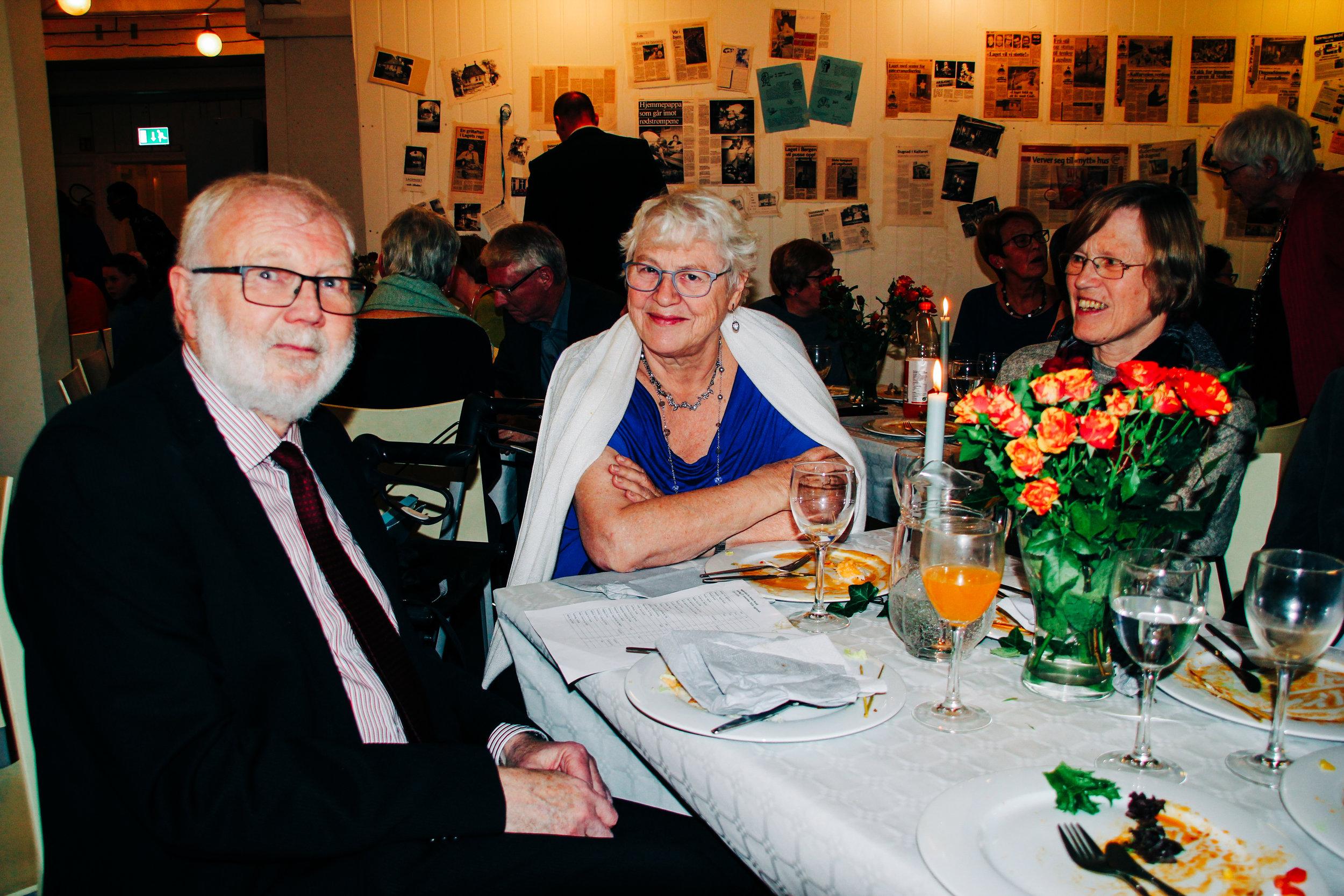 Andor med kona Ingvild (midten) under festen. 68 mennesker møtte opp for å feire han. Foto: Einar Helgaas