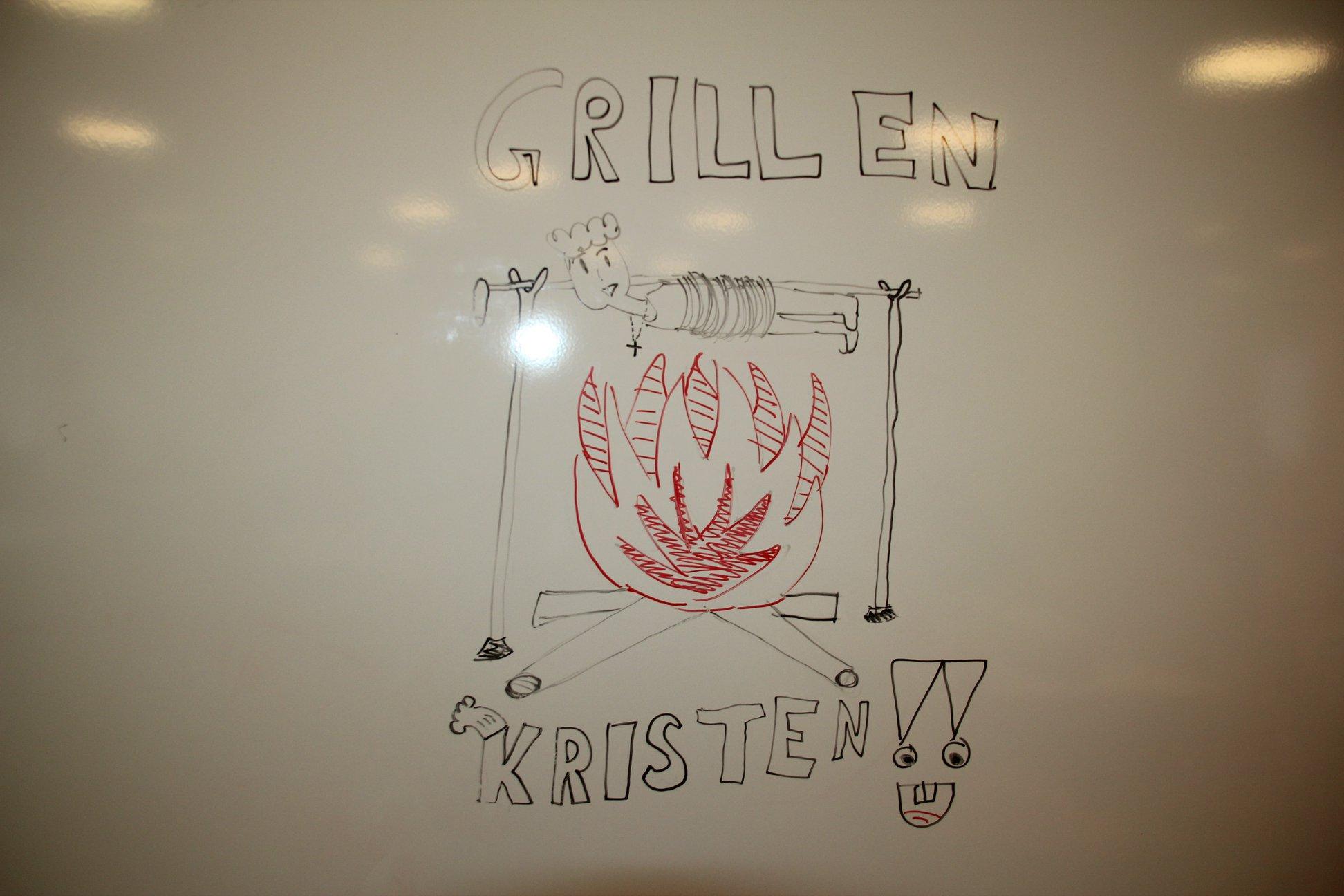 Elevene hadde laget sin egen introduksjon til grilltimen.