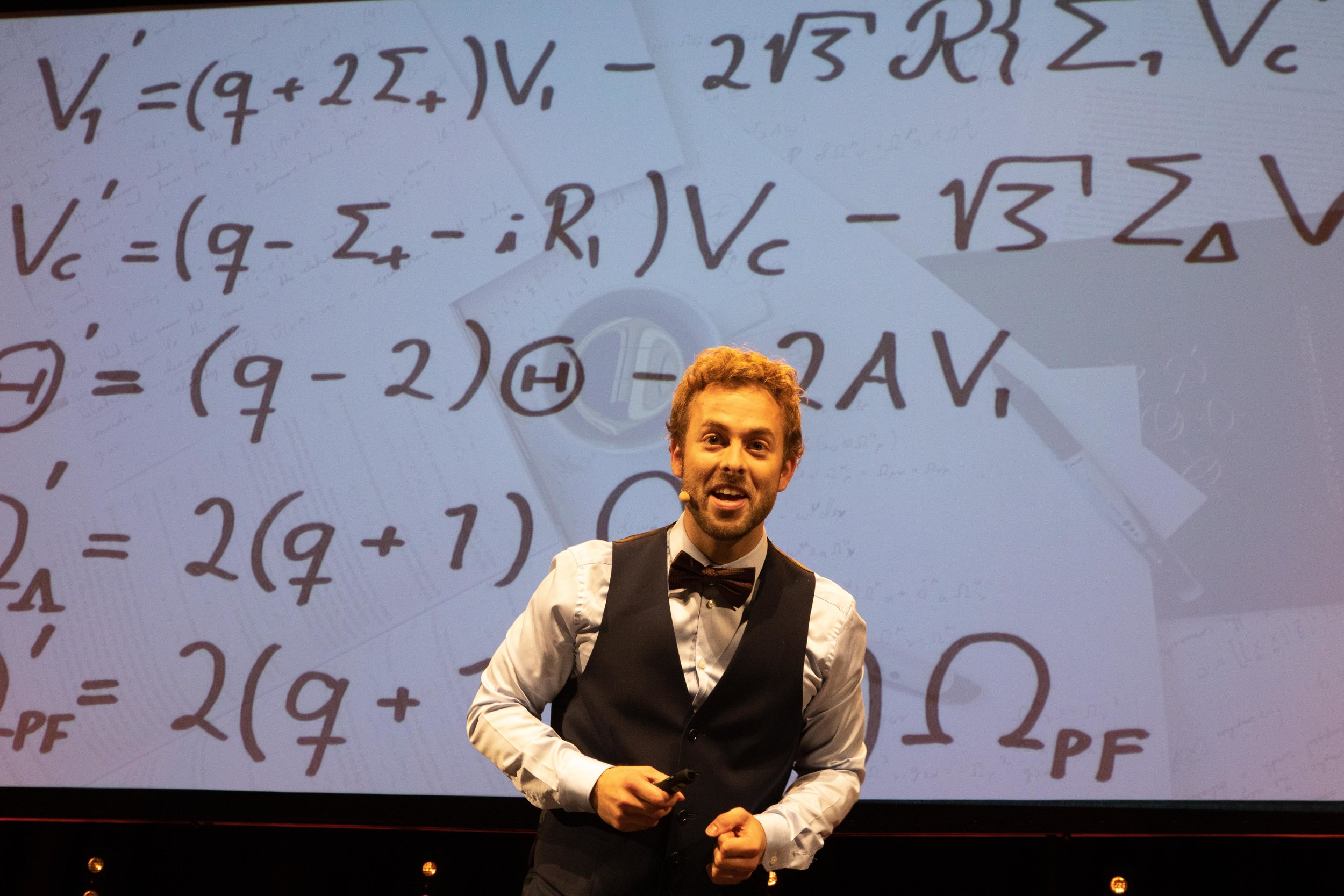 Ben David viser frem ligningene sine. De er vakre, mener han.