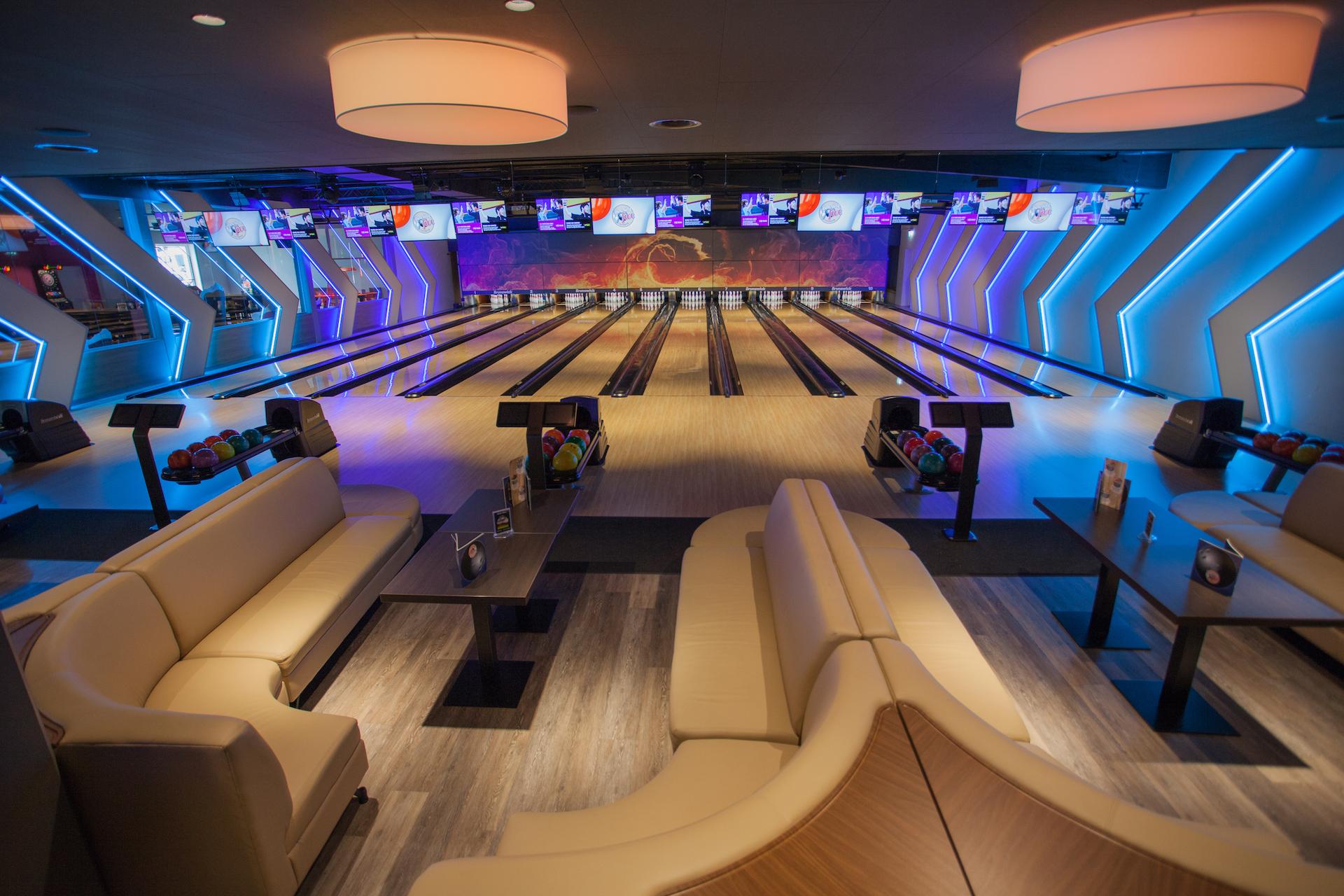 Blick auf die 10 Bowlingbahnen