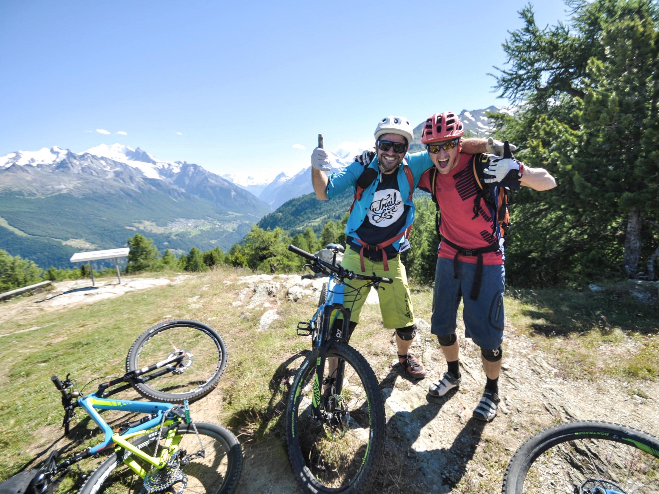 BIKE WEEKENDSim Oberwallis - Erlebe ein einmaliges Trail-Wochenende mit Freunden. Übernachte in einer urchigen Alphütte und entdecke unbekannte Walliser Singletrails, geführt von einheimischen Swiss Cycling Guides. Verköstigt wirst du mit feinen Walliser Spezialitäten.