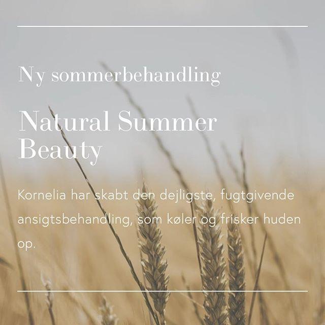 """Sig hej til """"NATURAL SUMMER BEAUTY"""" vores nye sommer behandling. ⭐️ Du vil opleve dyb ansigtsmassage, den blødeste skumafrensning af ansigt, hals og bryst Dybdegående exfoliering med ananas og tamarind-frugt Kølende ansigtsmaske med masser hyaluronsyre, agurk, grape og lavendel Akupressure-massage med kolde bjergkrystaller og grøn te-øjenkompres Massage af arme, hals og decolette med opstrammende maske med peptider og enzymer Afslutning med creme og solcreme  Whats not to like?? 😎😋 Følg link i bio for booking og for at læse hvad der sker med din hud om sommeren. ☝🏻 Ansigtsbehandlingen varer 60 minutter og koster kun 825 kroner. Du kan booke Natural Summer Beauty fra 1. Juni til 31. August.  Der indgår ikke dybderens i Natural Summer Beauty og vi anbefaler at du booker det som tillægsbehandling. Trænger du til mere glød og sommer-farve, så kan du vælge Face Tan som tillæg."""