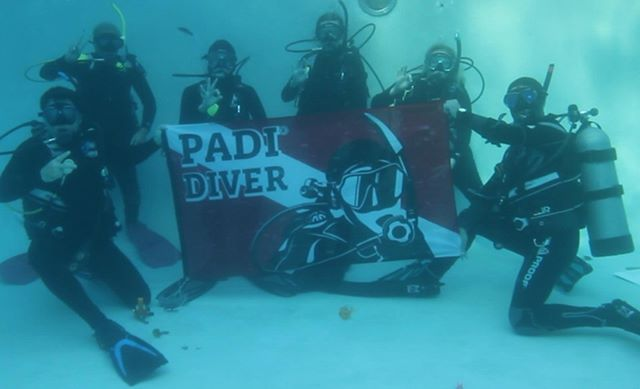 Our #openwater students had a great day of training and took time to strike a pose. #padi #Florida #Orlando #scuba #diving #underwater