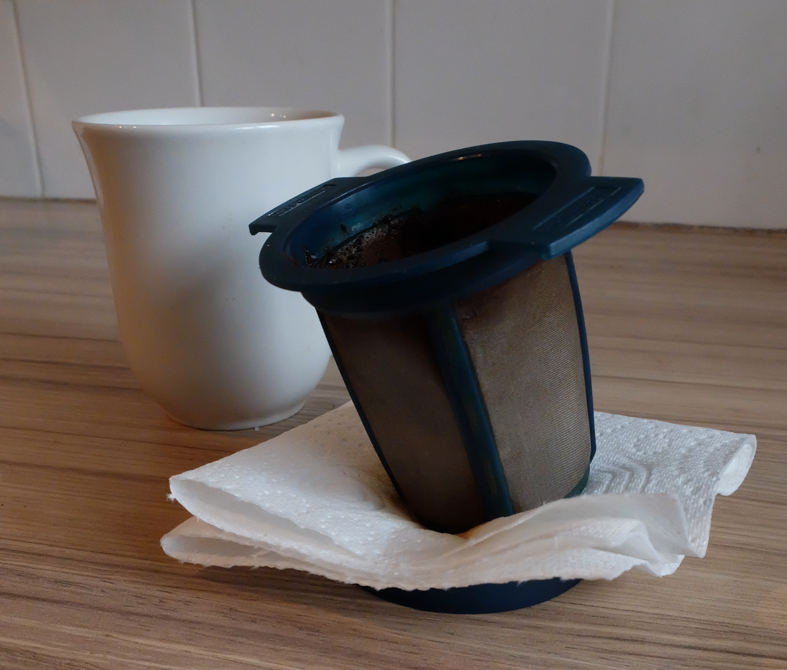 8 - Put the brew basket to drain on the kitchen paper on the upturned lid.