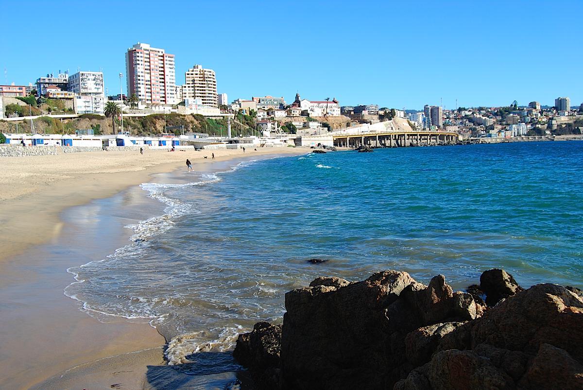 Et lite stykke Chile med strandliv, vingårder, byer og vulkanske grotter. Besøk til Santiago de Chile, Santa Cruz, Valaraiso