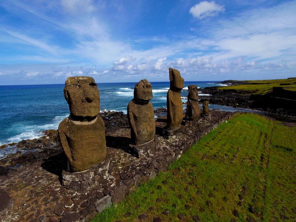 Santiago de Chile og magiske Påskeøya. Ahu Hanga Poukura og Puna Pau med sine røde vulkanske steiner blir også besøkt.