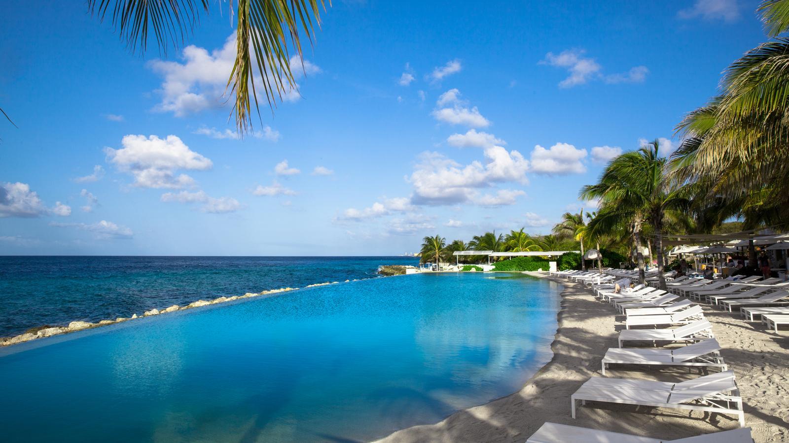 Bo på Papagayo Beach Resort på Curacao og du vil oppleve en nydelig og avslappende ferie i tropiske omgivelser.