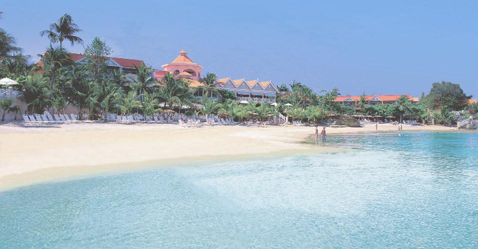 Coco Reef Resort & Spa på Tobago ligger direkte på stranden ved byen Crown Point sydvest på øya.