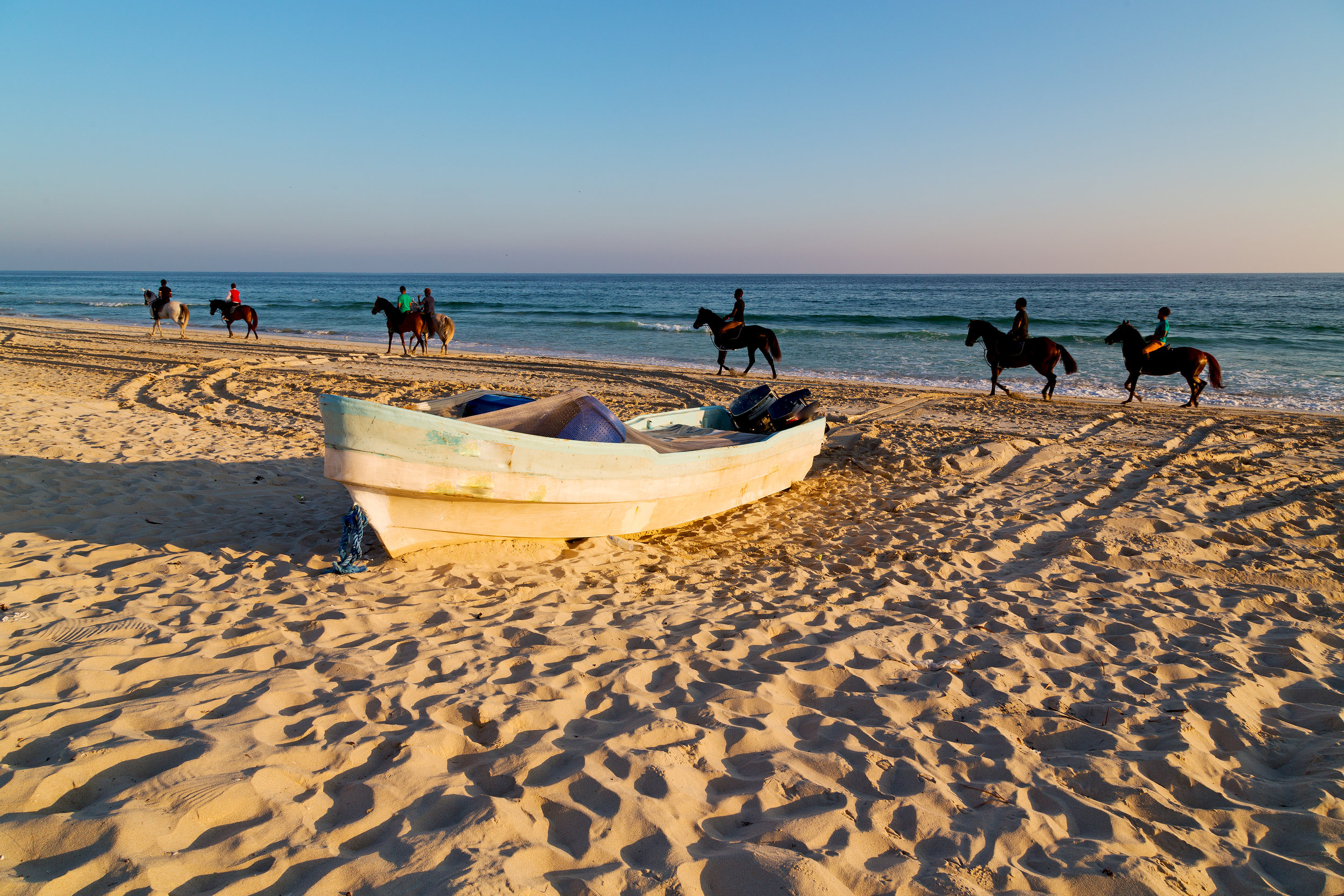 Bli med på rundreise i Oman og opplev både Muscat ved den vakre gullkysten og gyldne ørkener, naturperler og imponerende kontraster.