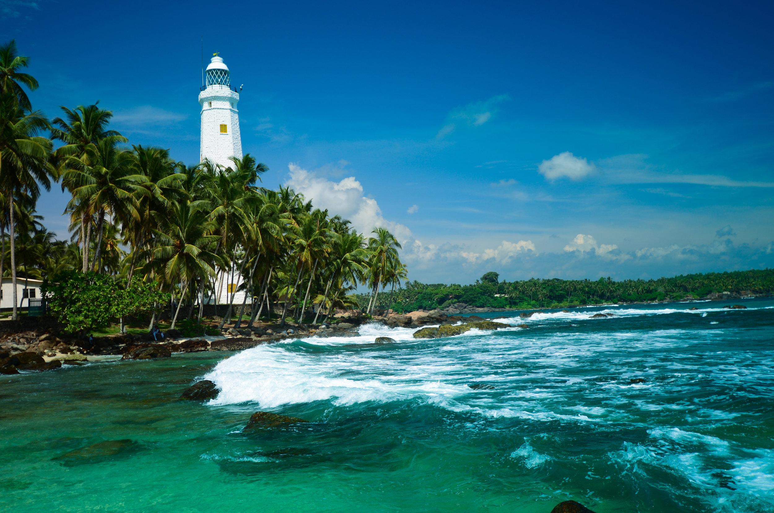 Sri Lanka... paradisiske sandstrender og krystallklart vann, majestetiske fjell, høye fossefall, frodige te-plantasjene, templer, eksotisk regnskog, elefanter på veiene...