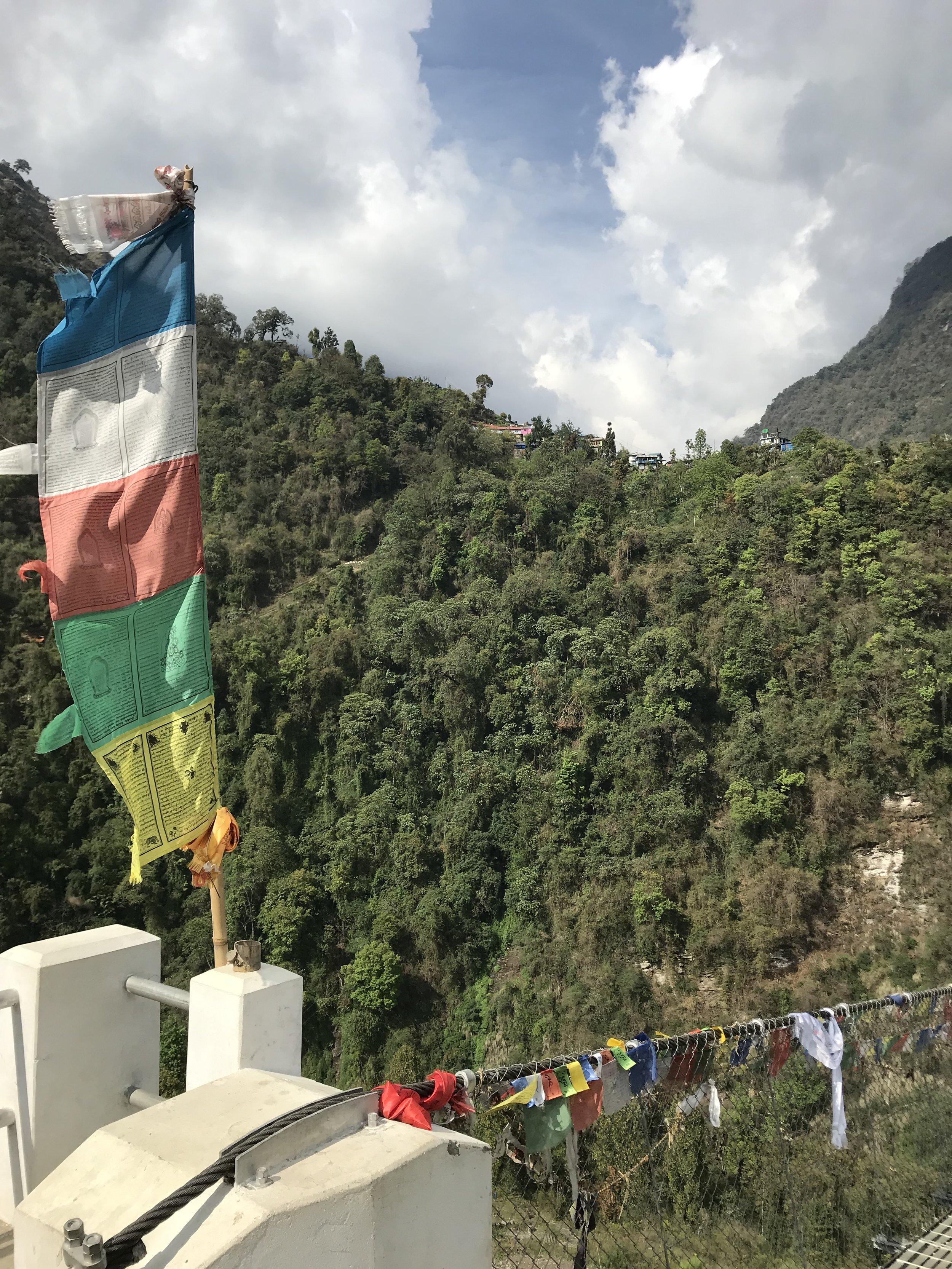 Fargerike flagg finnes over alt i Nepal