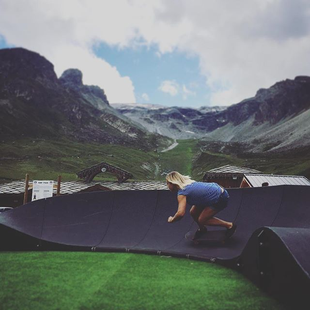 Seriously addictive..... pump track!!! Haven't been skating for along time, picked up some tips from the @gbparkandpipe grommie girls who were smashing it! #somuchfun #snowboarding #skateboarding #frenchalps #dogdownandzboys #inspired photo cred @benkinnear