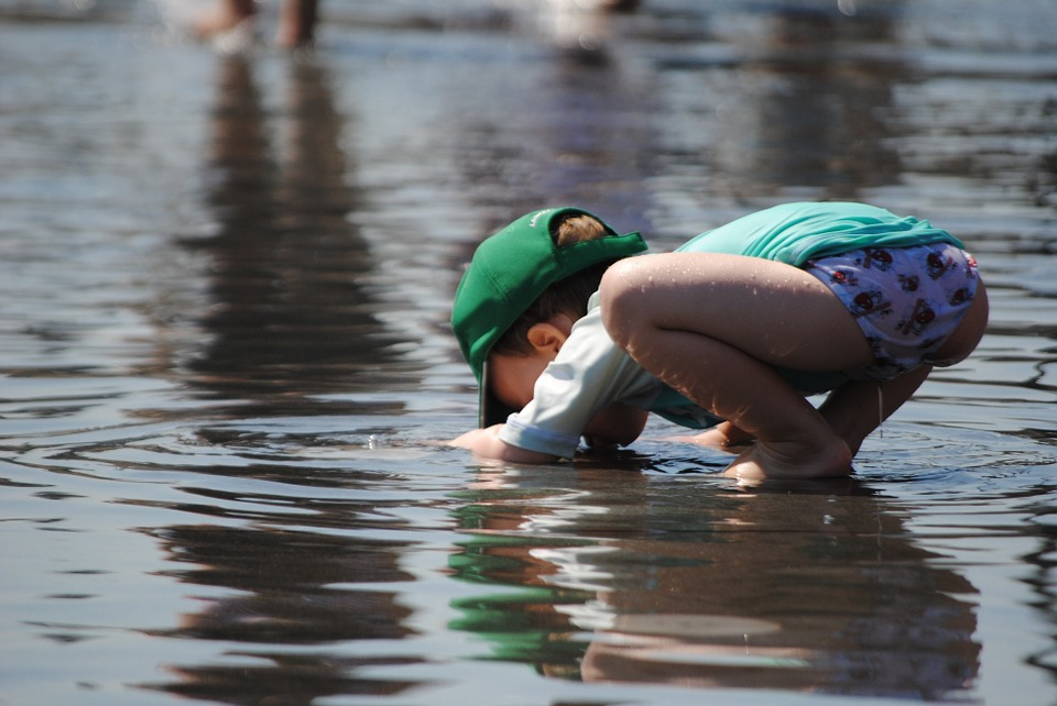 child-playing-in-water-885298_960_720.jpg