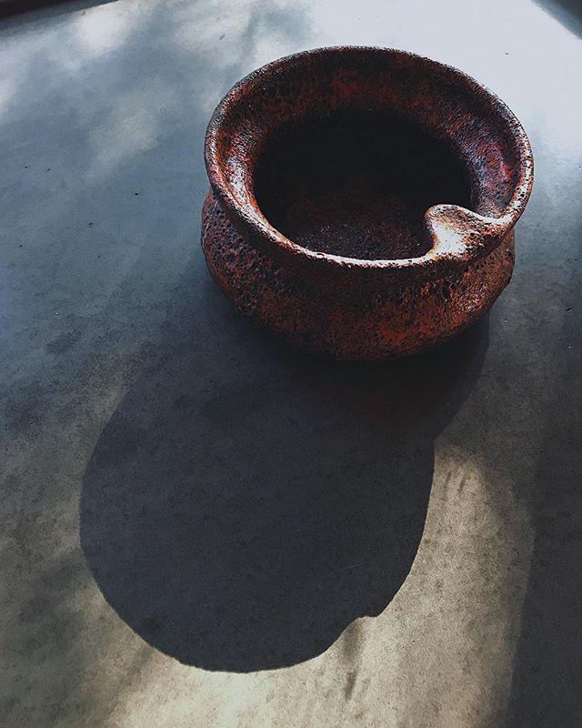 Italian⠀ Volcanic glaze + I'm in love⠀ ⠀ ⠀ ⠀ ______⠀ .⠀ .⠀ .⠀ #italiandesign #italianart #italianpottery #volcanicglaze #modernism #midcenturymodern #moma #art #design #collector #vintageitalian #bitossi #maybe