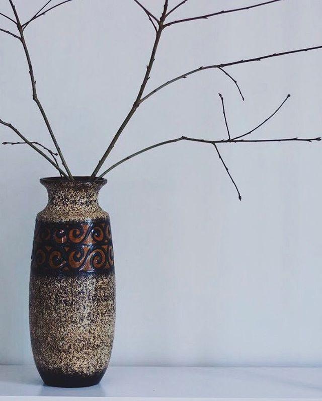 #natureinthehome⠀ Large WGP vase and oak windfall  ______⠀ .⠀ .⠀ .⠀ #inpraiseofslowness #superslowlife #pottery #keramik #handmade #craftsmanship #vintagepottery #kinfolk  #westgermanpottery #midcenturystyle #midcenturyhome #germanpottery #interiordesign #instadesign #shopahuto