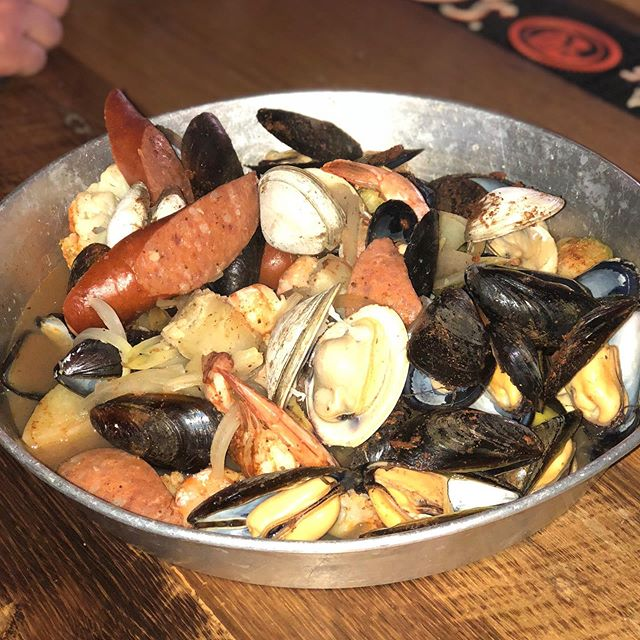 Love seafood? With shrimp, mussels, clams, veggies, potato, onion and andouille sausage, our seafood bowl is the thing that dreams are made of. #seafoodfordays #seafoodbowl🍤 #yourdreamshavecometrue #simplydelicious #gettoleesnow #canton #leespintandshell