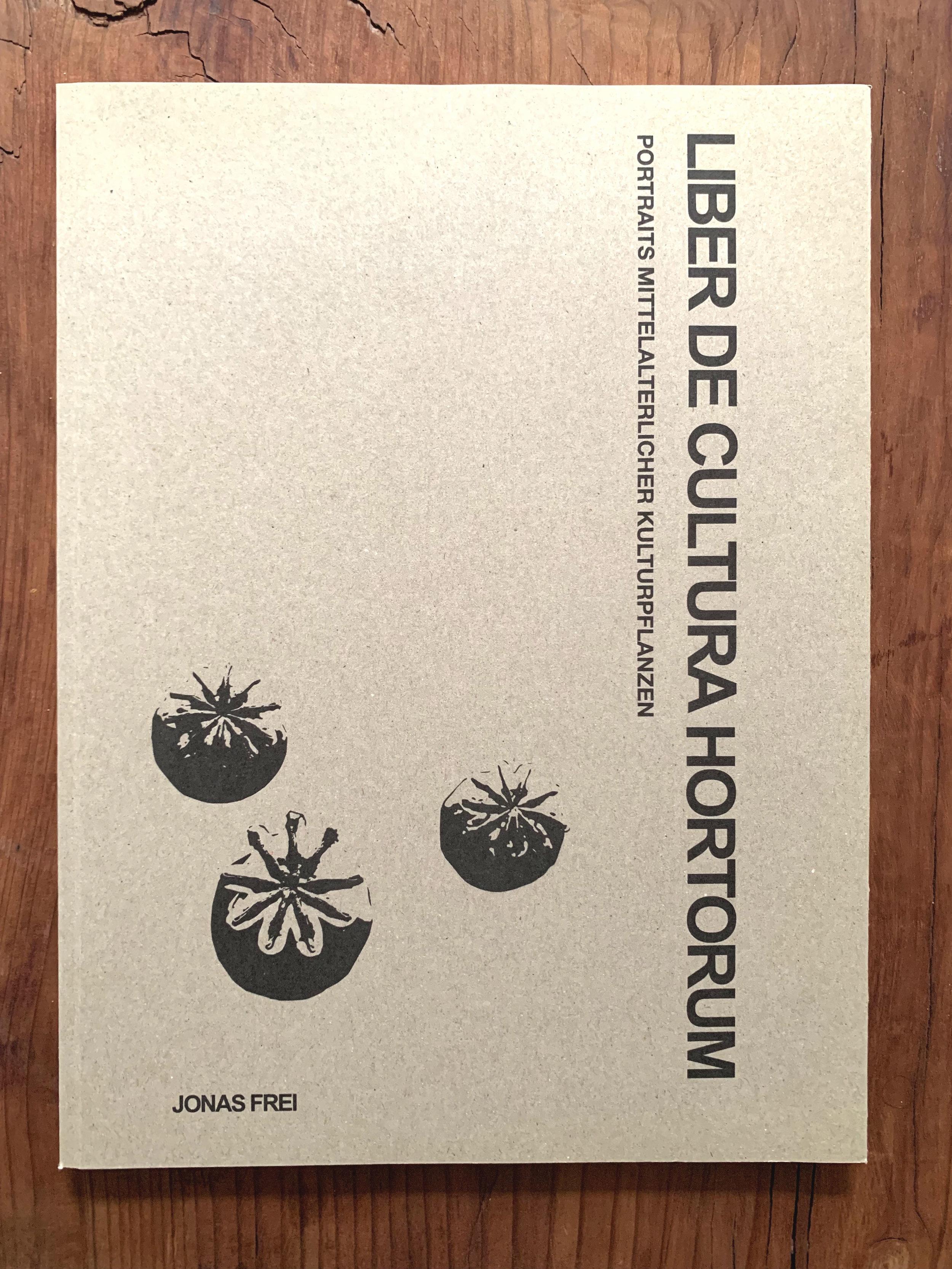 LIBER DE CULTURA HORTORUM - Publikation.Walahfrid Strabo, ein Mönch, der im 9. Jahrhundert auf der Insel Reichenau im Bodensee sein bescheidenes Leben fristete, hat uns ein wertvolles Werk hinterlassen. Eine Gedichtesammlung über die Pflanzen seines Gartens, die als erstes literarisches Zeugnis der Gartenkultur in Mitteleuropa gilt. Er portraitierte in dieser Schrift «Liber de cultura hortorum», zu deutsch «Schrift über den Gartenbau» 23 Pflanzenarten und ihre Heilwirkungen. Über jede dieser Arten habe ich ein eigenes Portrait verfasst, um einen beleuchtenden Blick auf die reiche Geschichte, Verwendung, Symbolik und Ökologie dieser frühmittelalterlichen Heilmittel werfen zu können. Die Reihenfolge und Titelsetzung der Kapitel orientiert sich dabei den Gedichten in Strabos «Liber de cultura hortorum».