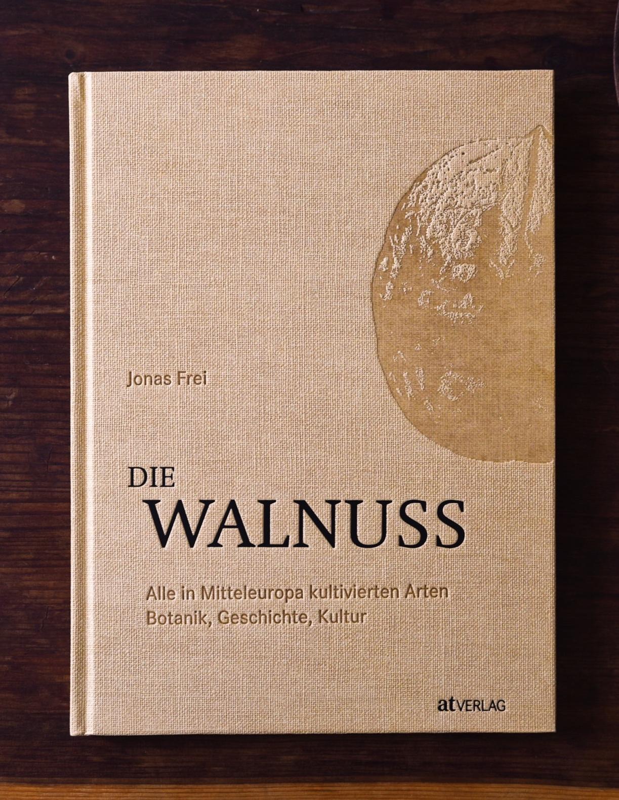 DIE WALNUSS -Eine Monographie - Der Walnussbaum ist einer der malerischsten Bäume unserer Landschaft, sein Holz eines der edelsten unserer Klimazone, und die Nüsse gelten als gesunde Delikatesse. Dieses Buch fasst das reichhaltige Wissen über die Walnuss und ihre überraschend vielfältige Kultur und Tradition zusammen. Die Echte Walnuss, Juglans regia, ist nur eine Art einer formenreichen Pflanzenfamilie, deren natürliche Verbreitung vier Kontinente umfasst. Von insgesamt etwa 60 sind 30 Arten und einige Kreuzungen in unseren Parkanlagen anzutreffen. Dazu zählen auch Hickorys, Flügelnüsse und botanische Raritäten wie die Zapfen- oder Ringflügelnuss. In eigenen Kapiteln zu Kultur, Geschichte, Biologie und Landschaftsarchitektur wird die Pflanzenfamilie aus unterschiedlichen Perspektiven beleuchtet. Erstmals werden alle in Mitteleuropa kultivierten Arten und Hybriden in detaillierten, reich bebilderten Porträts vorgestellt. So lassen sich auch Exoten wie Schwarznuss, Mandschurische Walnuss oder Ferkelnuss in Parkanlagen, Baumschulen oder Gärten einfach richtig bestimmen.Das Buch ist im August 2019 erschienen und kann direkt bei Jonas Frei bestellt werden.Weitere Infos und Bestellung beim Verlag: at-verlag.ch