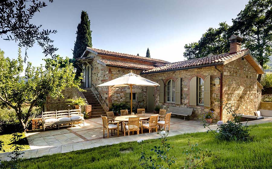 Italian stone farmhouse during Taylor Anne Smith artist workshop in Tuscany